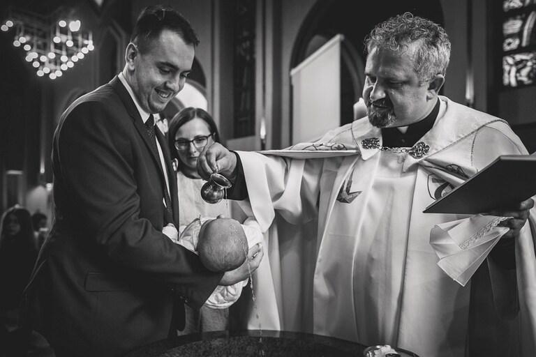 Dlaczego warto zatrudnić fotografa na Chrzest